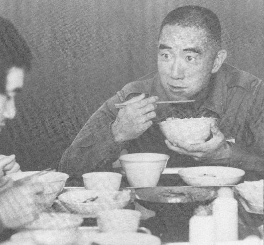 Yukio Mishima comiendo