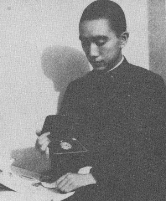 Yukio Mishima con regalo emperador