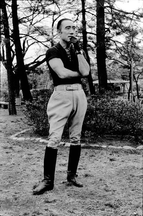 Yukio Mishima posando