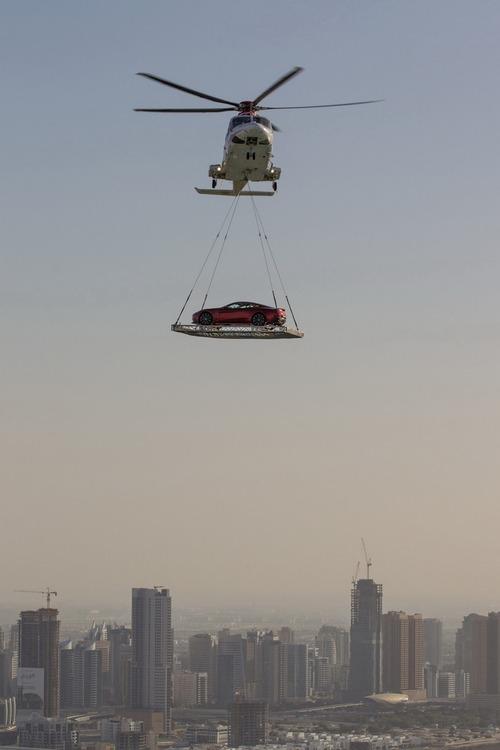 Coche transportado helicoptero Dubai