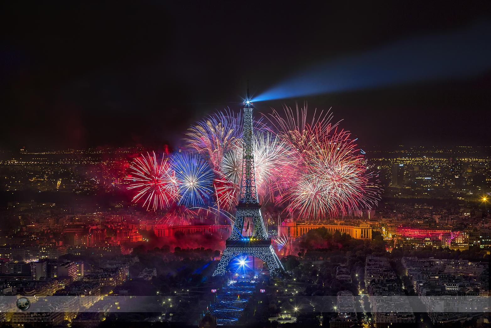 Fuegos artificiales Dia Bastilla Torre Eiffel Paris Francia