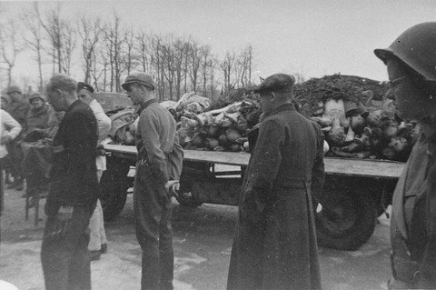civiles alemanes visitando Buchenwald