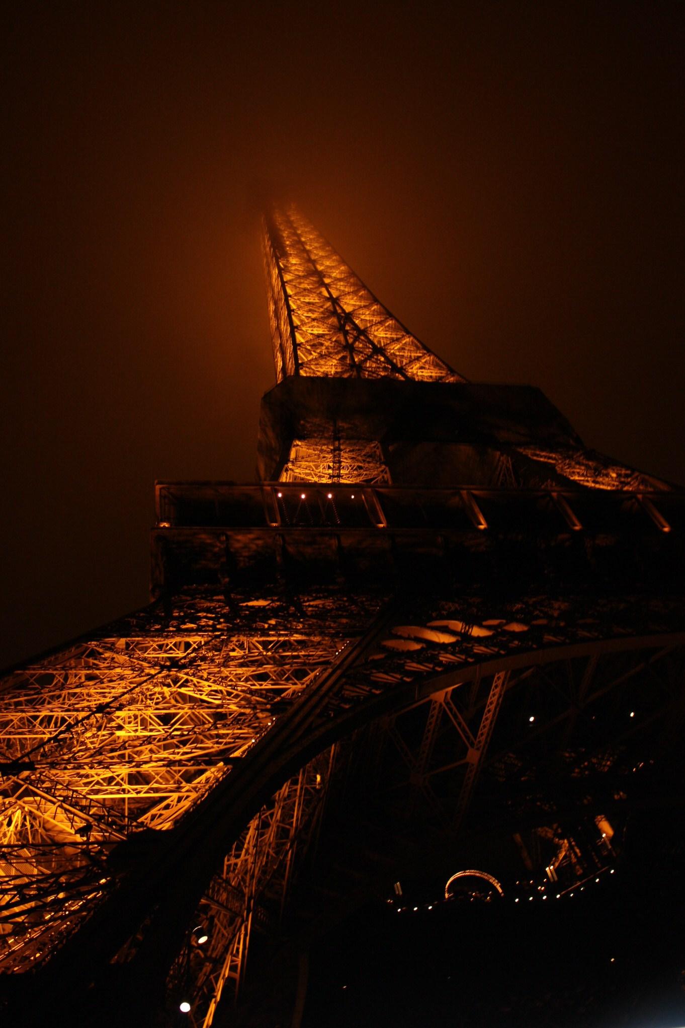torre eiffel niebla