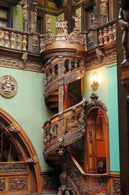 escalera espiral tallada madera Rumania