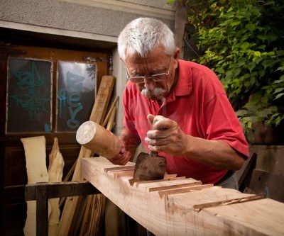 hombre mayor trabajando