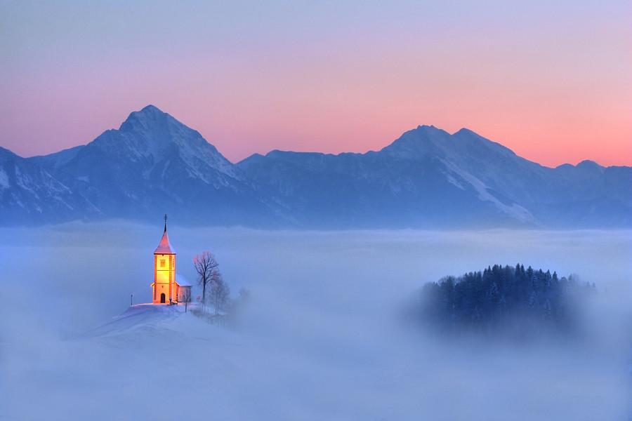 iglesia montañas Canada niebla