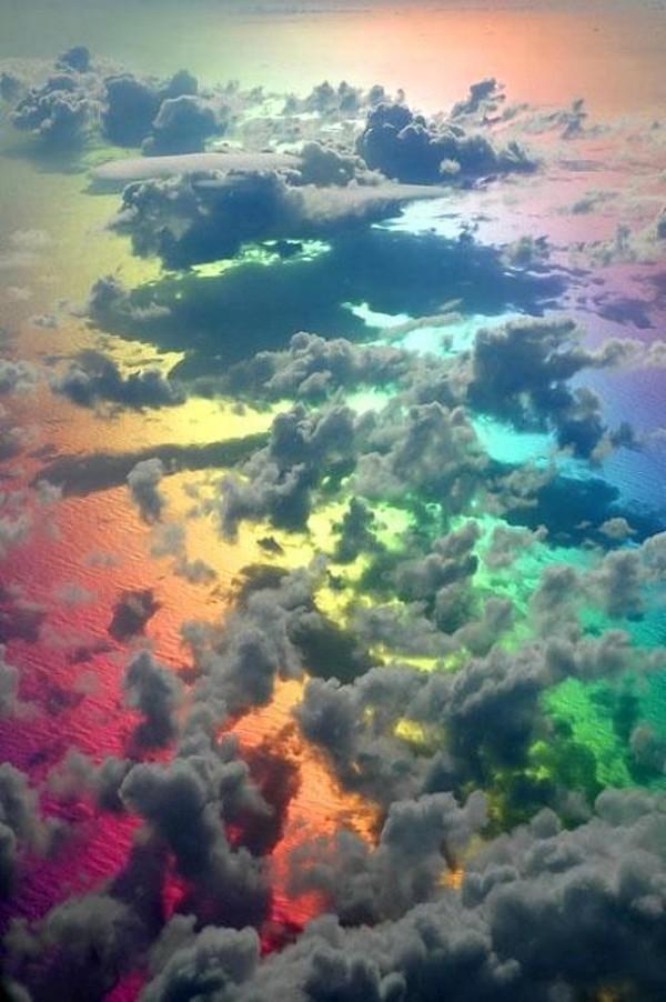 nubes arcoiris desde avion