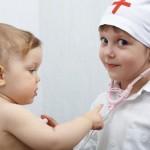 Juego con la medico de bebés