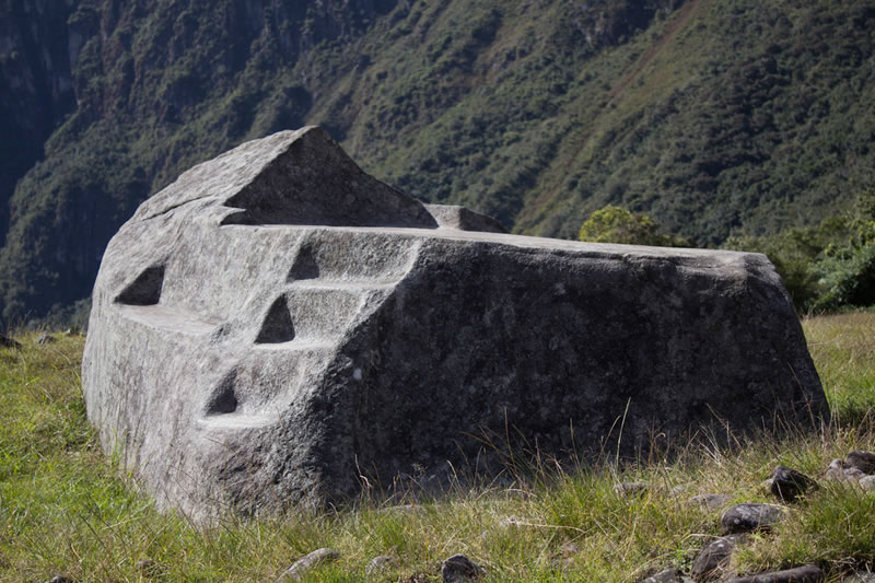 roca funeraria machu picchu