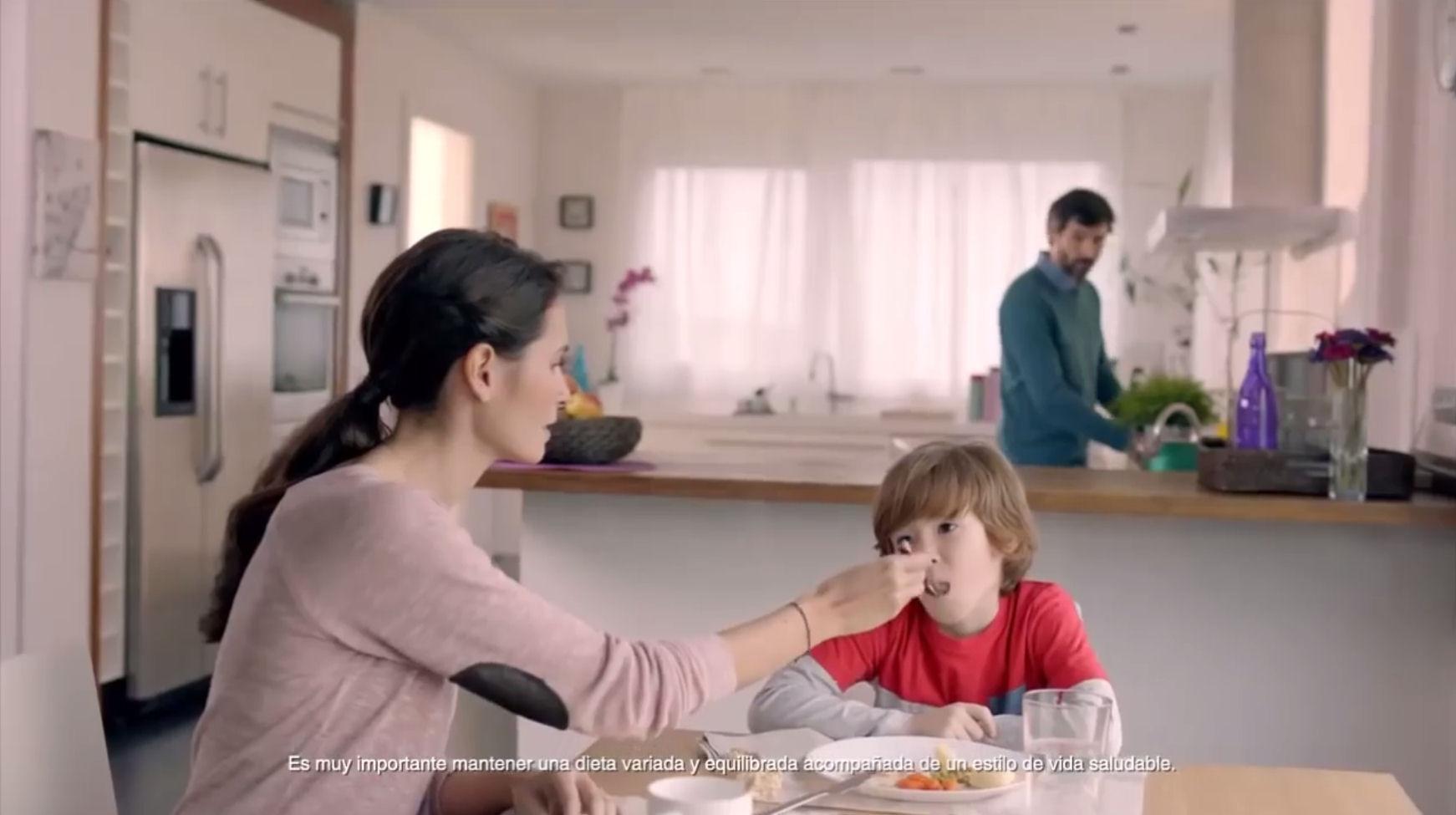 publicidad madre dando comer nino