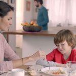 Niños enfermos y débiles en publicidad