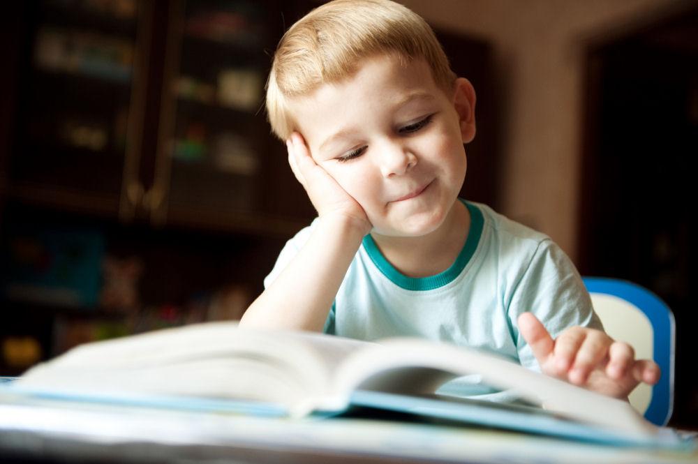 nino leyendo