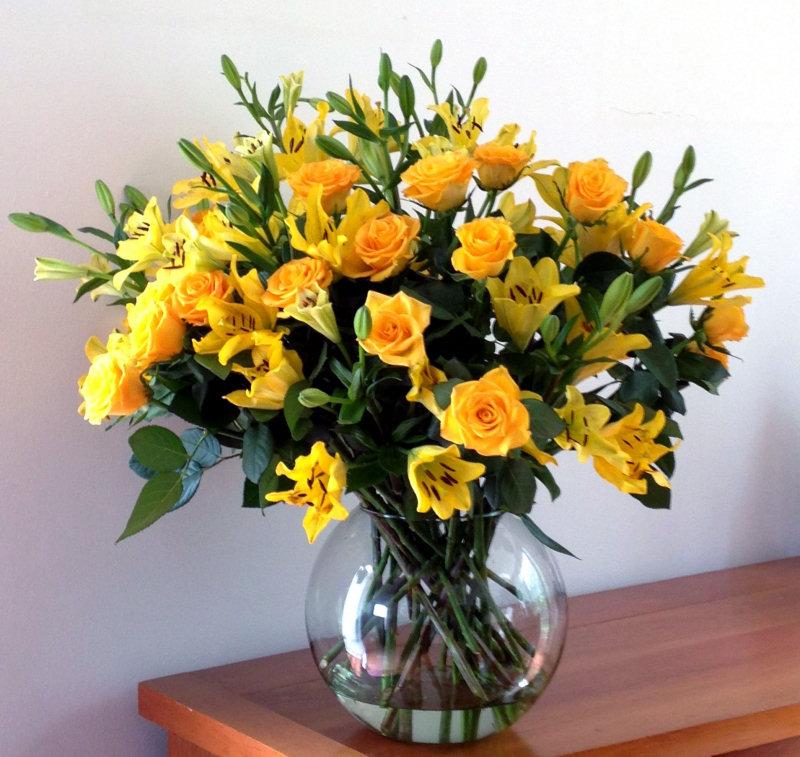 bouquet amarillo rosas lirios