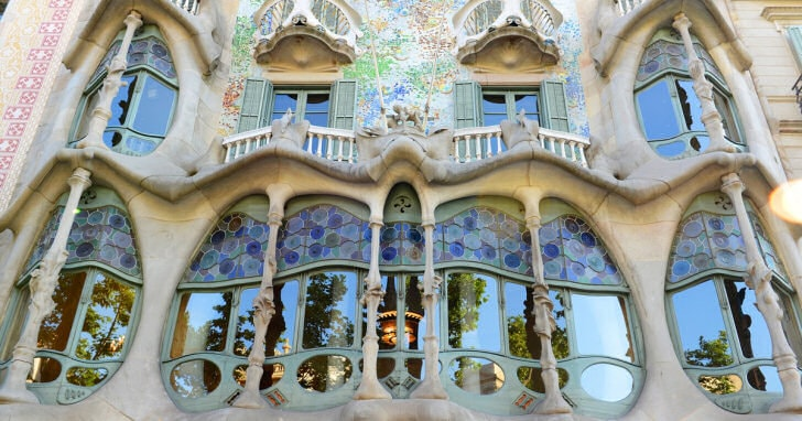 casa batllo vidriera